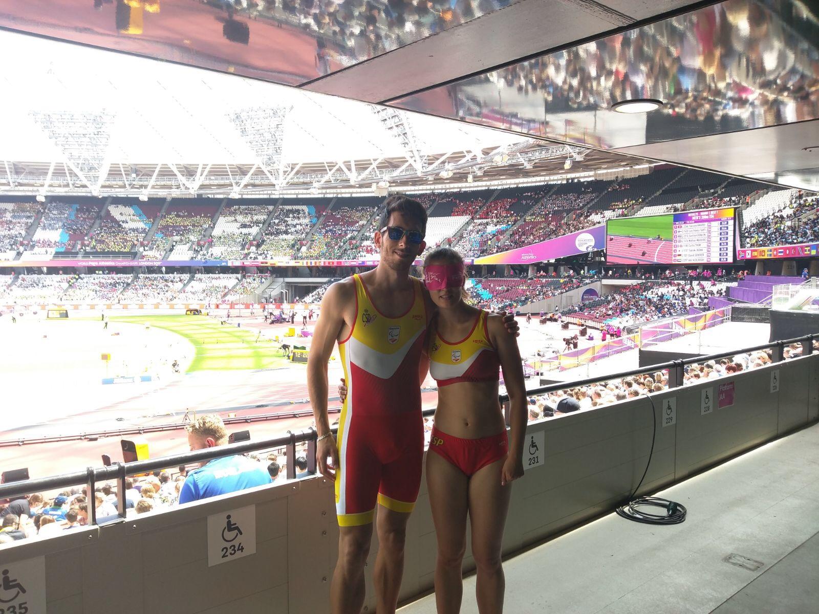 Lía Beel, junto a su guía David, en el Estadio Olímpico de Londres. / A. TANARRO
