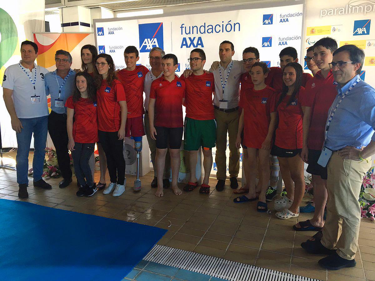 El equipo AXA de Promesas Paralímpicas, con el vallisoletano Luis Huerta. / FEDEACYL