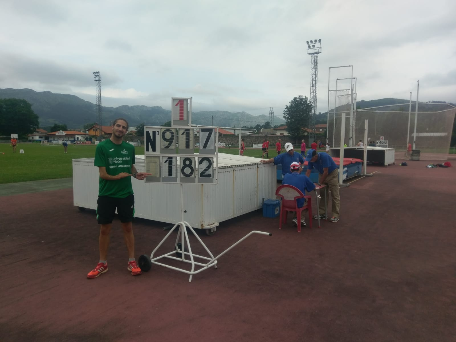 Dani Pérez posa con su nuevo récord de España de salto de altura. / FEDEACYL