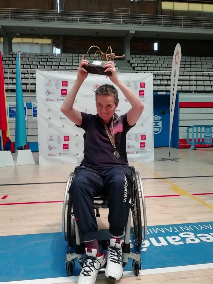 Mariló Pena celebra su título de campeona de España de slalom. / DEPORTE ADAPTADO LEÓN
