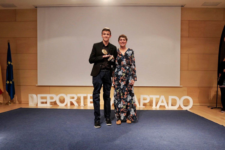 Luis Huerta posa con el Premio Futuro junto a Mayte Martínez. / FEDEACYL