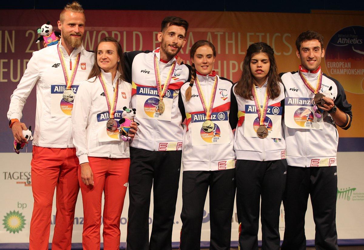 Lía Beel y David Alonso, en el centro, en el podio de honor de los 100 metros del Europeo de Berlín. / FEDEACYL