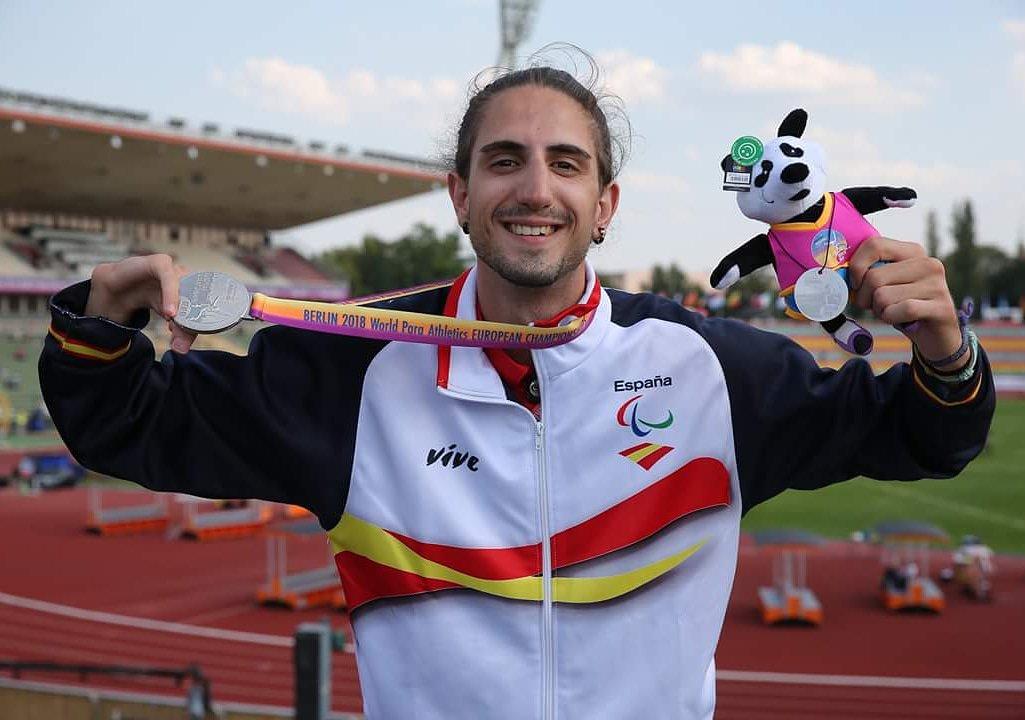 Daniel Pérez posa con su medalla de plata lograda en el salto de altura en Berlín. / FEDEACYL