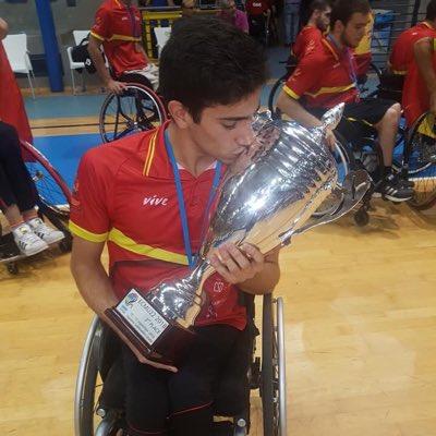 Pablo Lavandeira besa la copa que acredita a la selección como tercera clasificada. / FEDEACYL