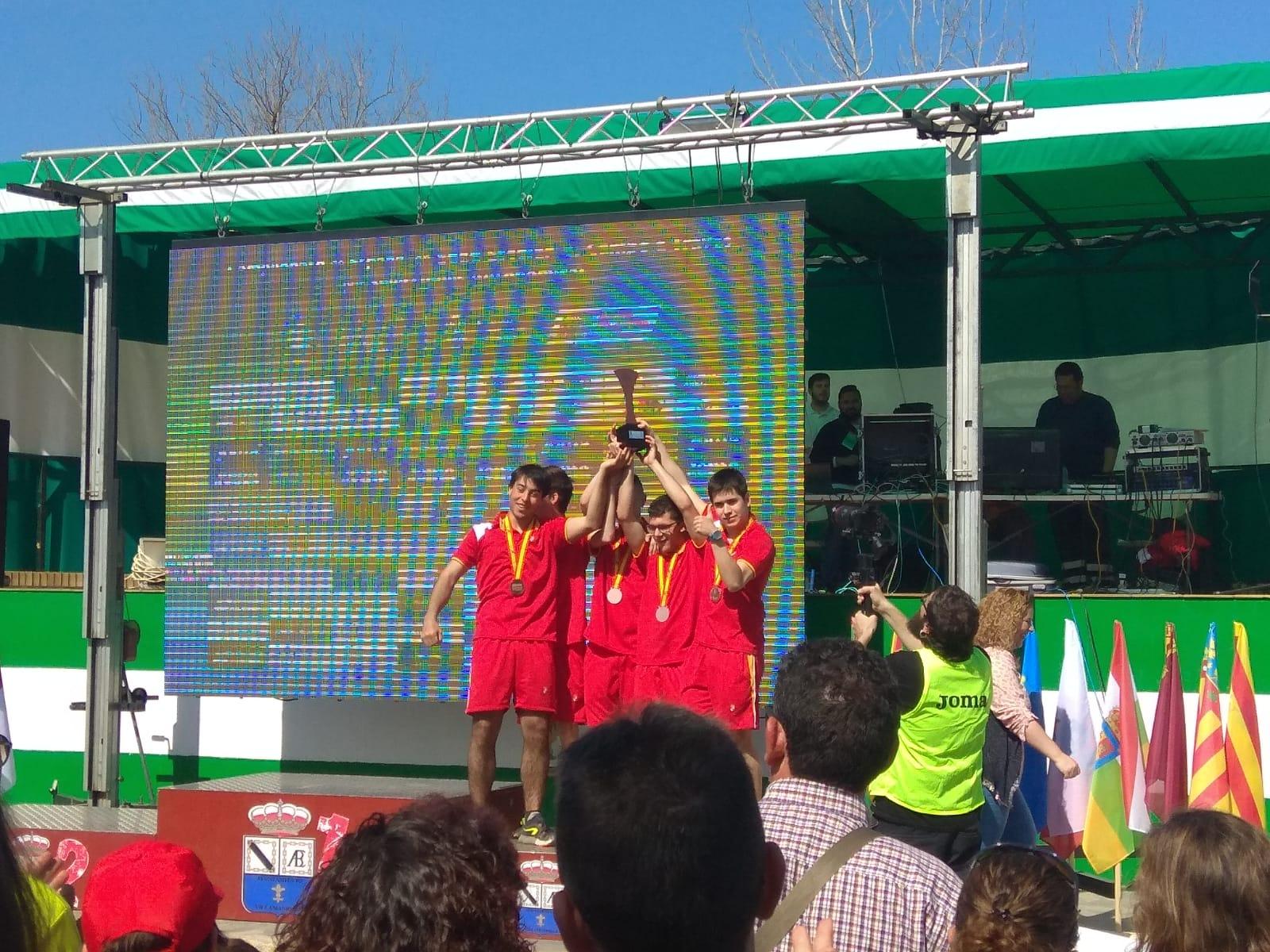 La selección de Castilla y León celebra su podio en campo a través. / FEDEACYL