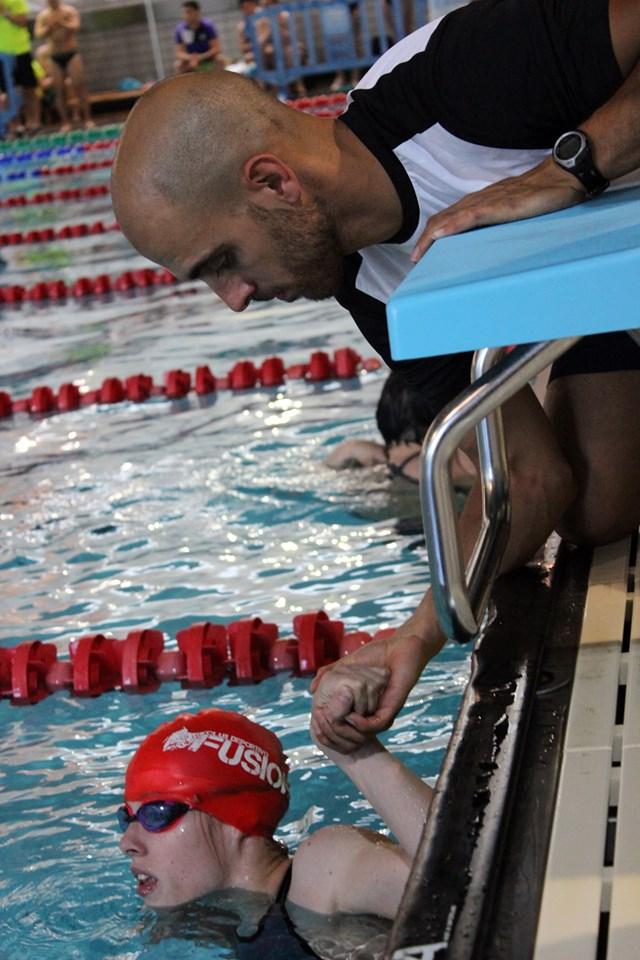 Óscar González ayuda a Marta Fernández en una competición. FEDEACYL
