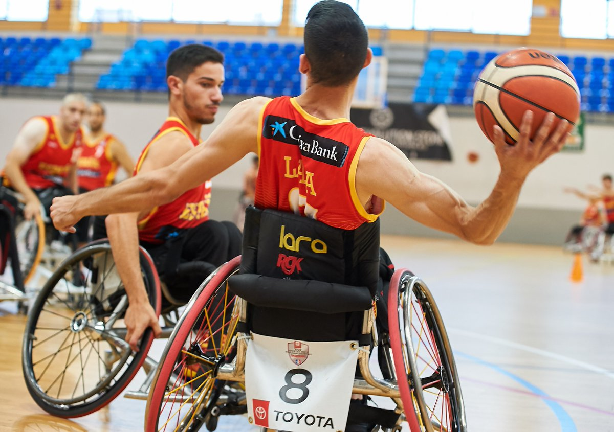 Pablo Lavandeira, en segundo plano, con el entrenamiento con la selección. FEDEACYL