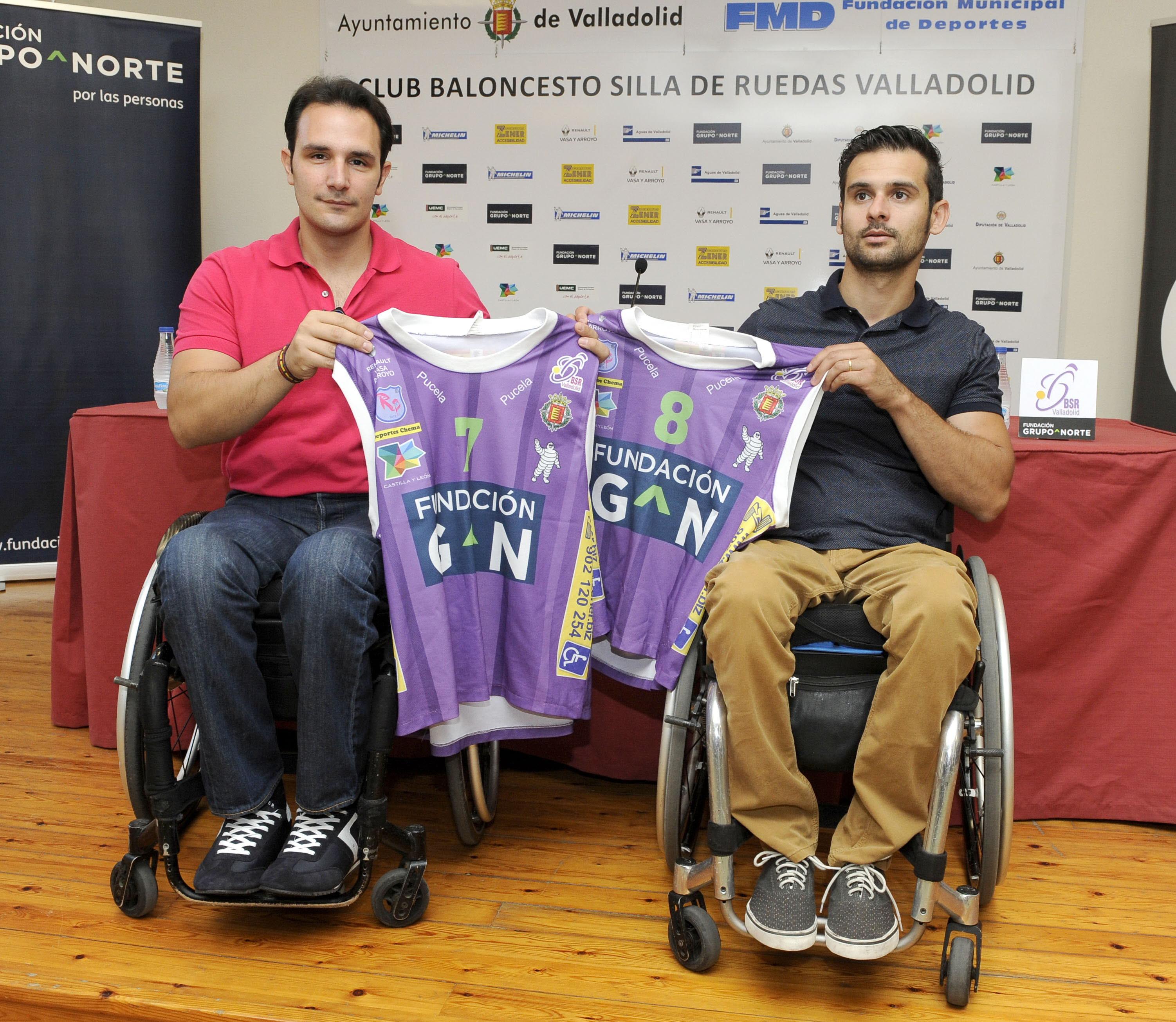 Soria (d), junto a Robles, dos de los vallisoletanos de la plantilla del Fundación Grupo Norte. R. OTAZO