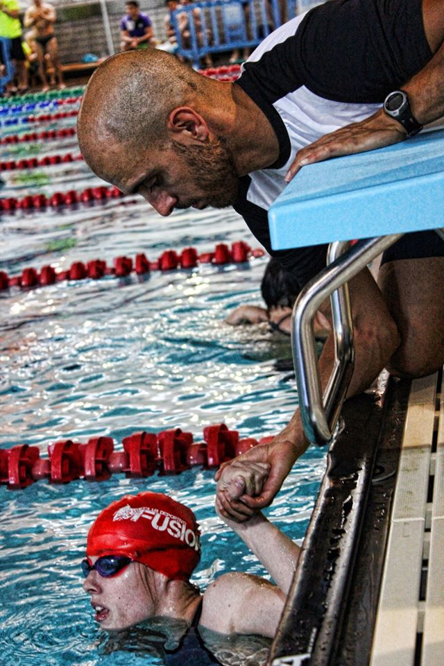 El técnico Óscar González ayuda a Marta Fernández en una competición. FEDEACYL