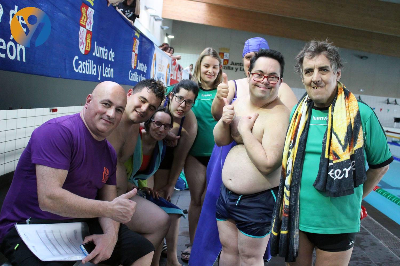 Nadadores y técnicos del Asprosub Zamora, en la Liga de Natación Adaptada de Castilla y León. FEDEACYL
