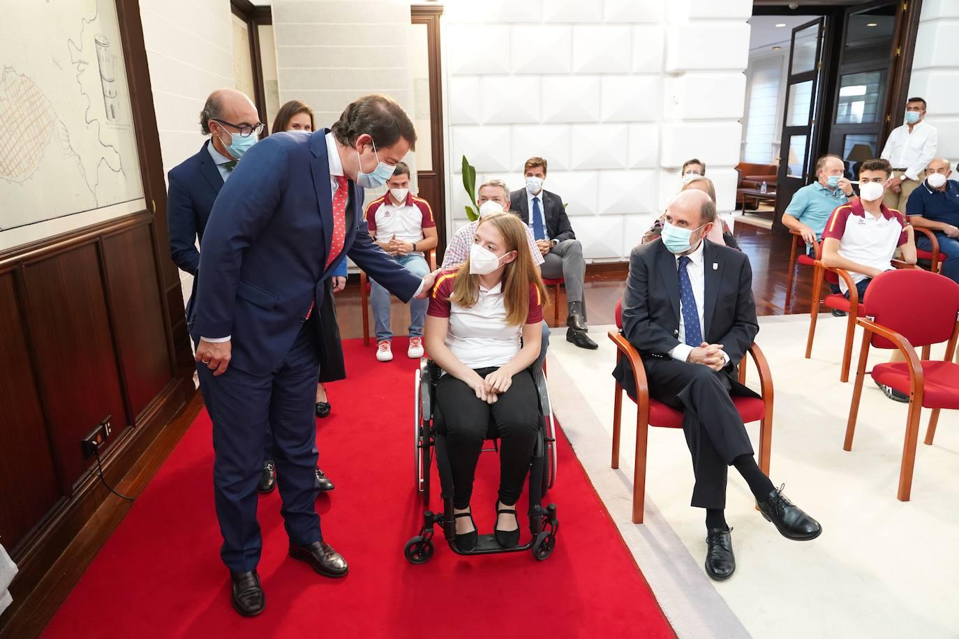 El presidente de la Junta, Alfonso Fernández Mañueco, se interesa por las medallas de Marta Fernández, junto a Luis Huerta. MIRIAM CHACÓN-ICAL